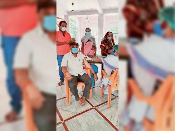 सोनपुर के पंचायत में लगे लगे कैम्प में वैक्सीन लेते एमएलसी। - Dainik Bhaskar