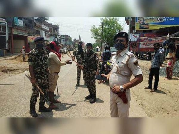 पुलिस की गिरफ्त में चालक। - Dainik Bhaskar