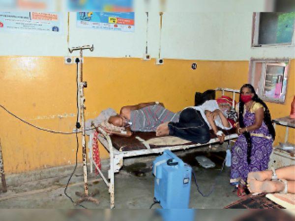 अस्पताल में एक बेड पर भर्ती दाे मरीज। - Dainik Bhaskar