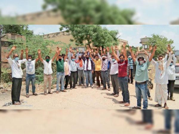 मैन राइजिंग पाइपलाइन को तोड़ने के विरोध मे प्रदर्शन करते शहर के लोग। - Dainik Bhaskar
