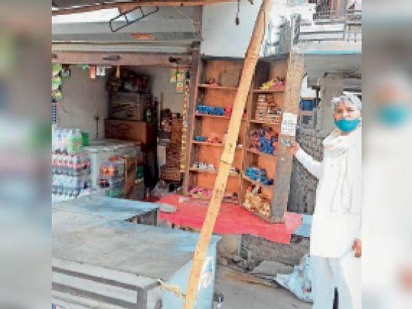 टूटे हुए ताले को देखता पीड़ित होटल मालिक| - Dainik Bhaskar