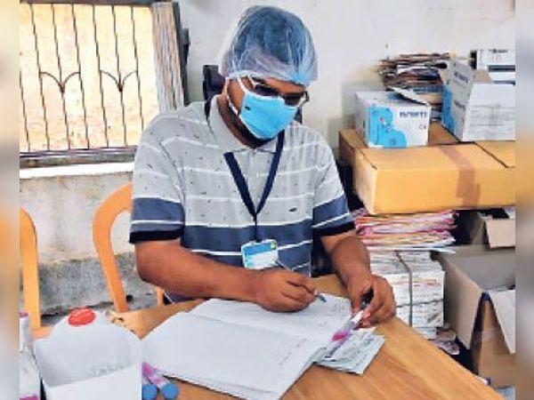 घर से कार्य निपटाते संदीप। - Dainik Bhaskar