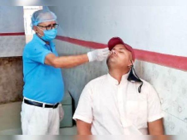 जांच के लिए सैम्पल लेते चिकित्सक। - Dainik Bhaskar