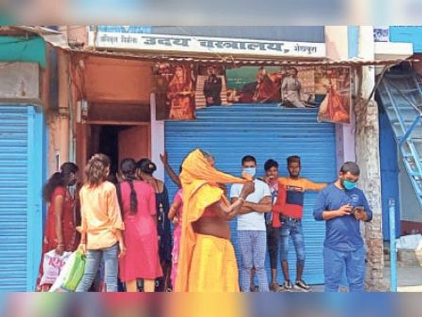 कटरा चौक स्थित दुकान में ग्राहकों को दूसरे रास्ते से प्रवेश कराते दुकानदार - Dainik Bhaskar