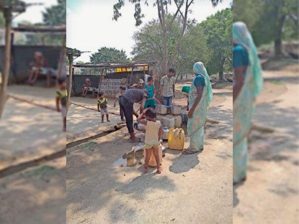 मोटर नहीं डालने से लोगों को पानी के लिए भटकना पड़ रहा है। - Dainik Bhaskar