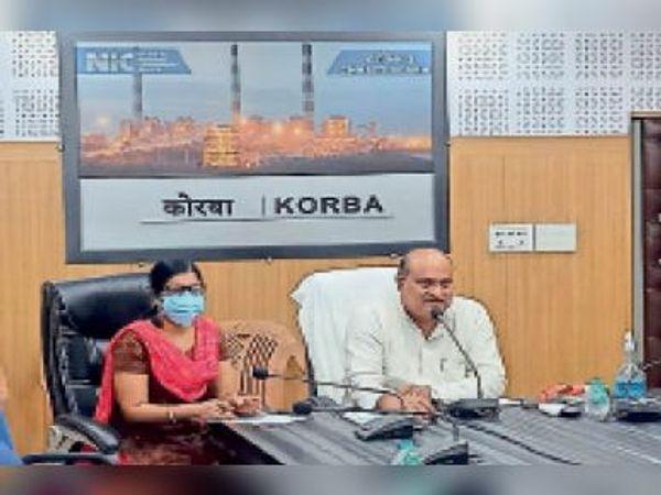 बैठक में राजस्व मंत्री व कलेक्टर। - Dainik Bhaskar