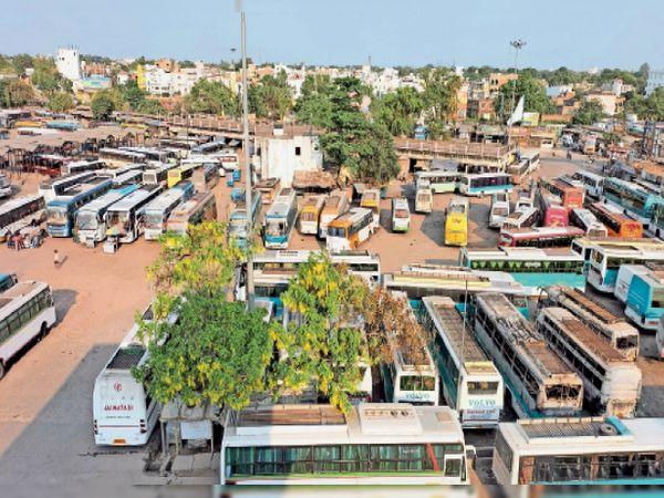 लॉकडाउन में पैसेंजर नहीं मिलने के कारण बस मालिकों ने अपनी गाड़ियों को बैरिया स्टैंड में खड़ा कर दिया है। - Dainik Bhaskar