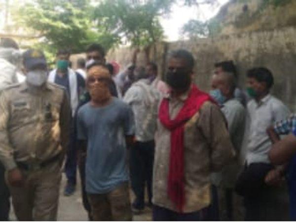 मनोहर के घर मौजूद लोग व पुलिस। - Dainik Bhaskar