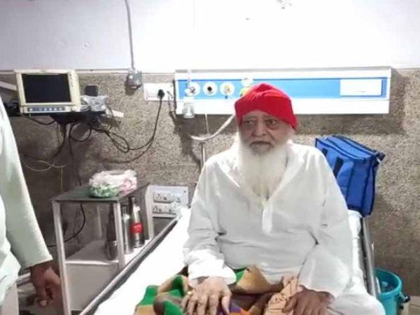 कोरोना संक्रमित होने के बाद अस्पताल में भर्ती आसाराम। - Dainik Bhaskar
