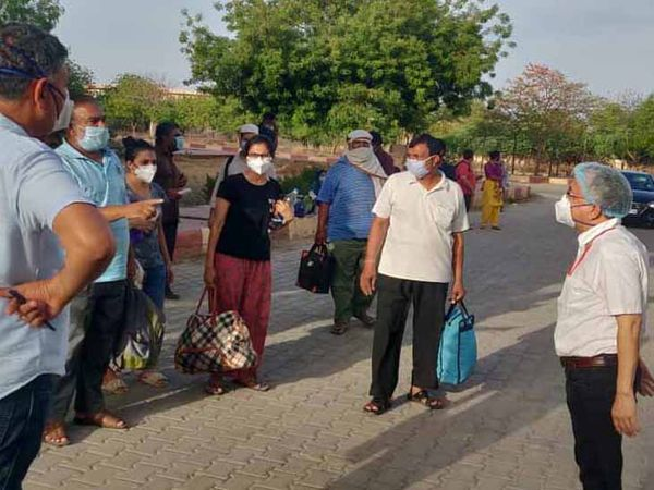 जोधपुर में कोरोना का इलाज करा ठीक होने के बाद घर लौटते लोग।(फाइल फोटो) - Dainik Bhaskar
