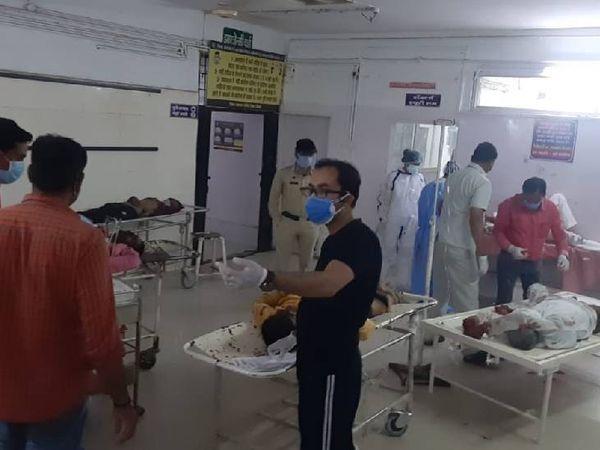 घायलों को प्राथमिक उपचार के बाद इंदौर रेफर कर दिया गया।