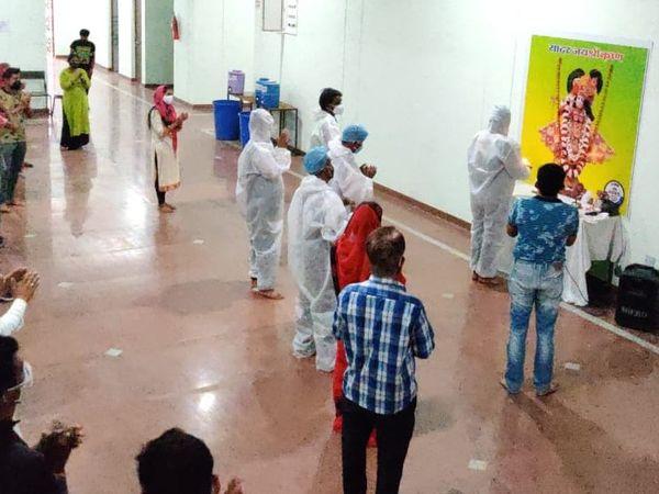 शुक्रवार शाम को हुई आरती में कुछ इस तरह मरीज और नर्सिंग स्टाफ शामिल हुआ।