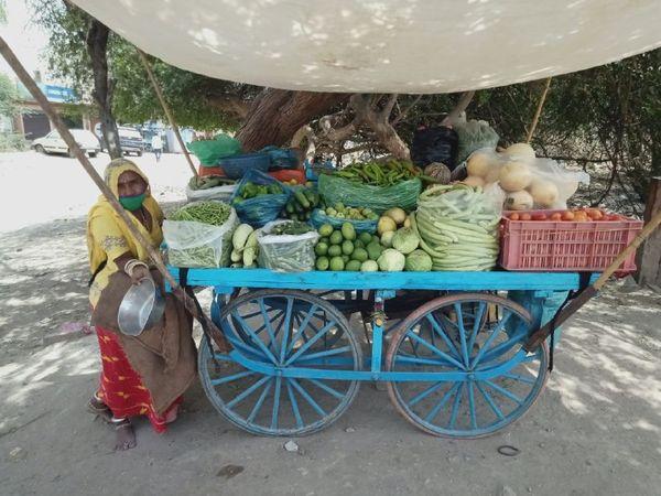 एक कॉलोनी में सब्जी का ठेला, जहां दो से तीन गुना भाव पर बिक रही सब्जी। - Dainik Bhaskar