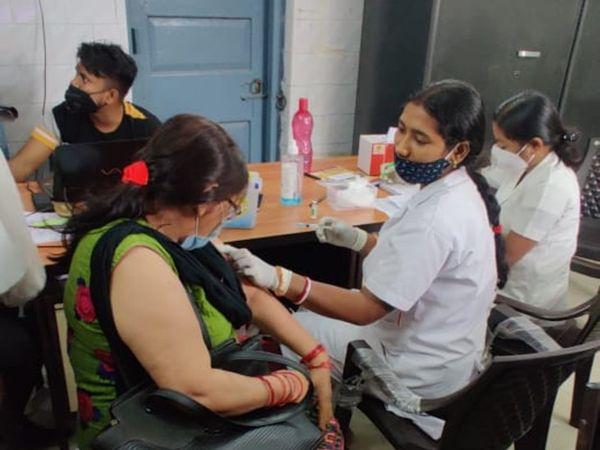 न्यू गार्डिनर अस्पताल पटना में वैक्सीनेशन करती नर्स। - Dainik Bhaskar