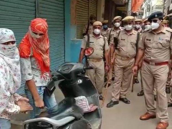 मिर्जापुर में बिना जरूरी काम घर से निकली लड़कियों को समझाते हुए पुलिस अफसर।