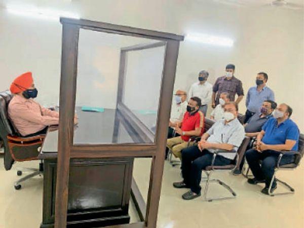 प्रदेश व्यापार मंडल के उप-प्रधान रंजन अग्रवाल की अध्यक्षता में एक शिष्टमंडल शुक्रवार को पुलिस कमिश्नर सुखचैन सिंह गिल से मिला। - Dainik Bhaskar