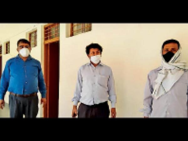 यह हैं समाज के दुश्मन... खुद संक्रमित फिर भी कर  रहे थे इलाज। - Dainik Bhaskar