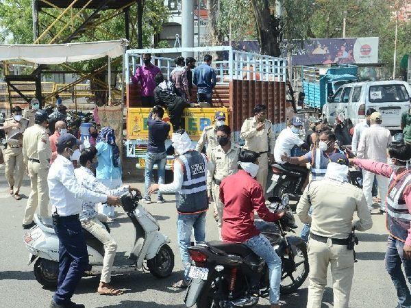 कोयला फाटक चौराहे पर कार्रवाई करतीं पुिलस की टीम। बेवजह सड़क पर घूमने वालों को पुलिस ने गिरफ्तार भी किया। - Dainik Bhaskar