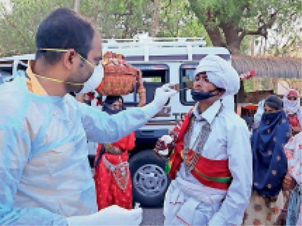 बाग में दूल्हे का सैंपल लेते हुए स्वास्थ्य विभाग के कर्मचारी। - Dainik Bhaskar