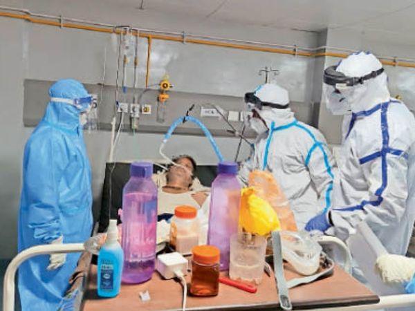 जिला अस्पताल के कोविड आईसीयू में मरीजों का उपचार करते डॉक्टर। - Dainik Bhaskar
