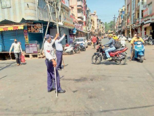 काेराेना कर्फ्यू में छूट मिली ताे भी एमजी राेड पर इस तरह कम चहल-पहल नजर आई। - Dainik Bhaskar