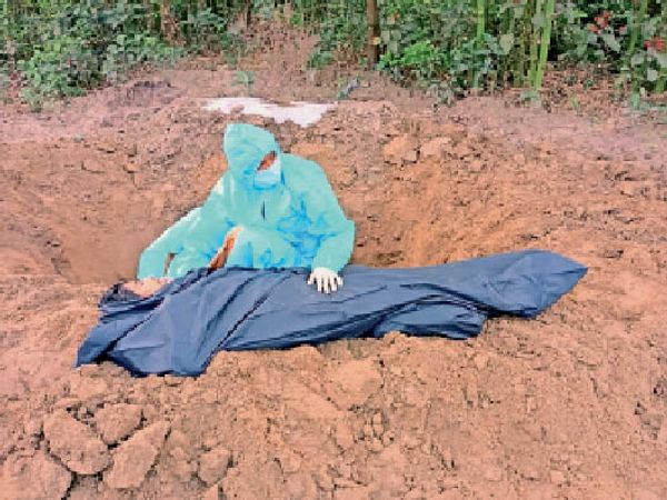 संवेदना तार-तार :  मन को झकझोरने वाली यह तस्वीर अररिया जिले के रानीगंज प्रखंड की है, जहां कोरोना पॉजिटिव की मौत के बाद गांव वाले शव के दाह-संस्कार के लिए आगे नहीं आए। इस कारण बेटी को शव को घर के पास एक खेत में दफनाना पड़ा। - Dainik Bhaskar