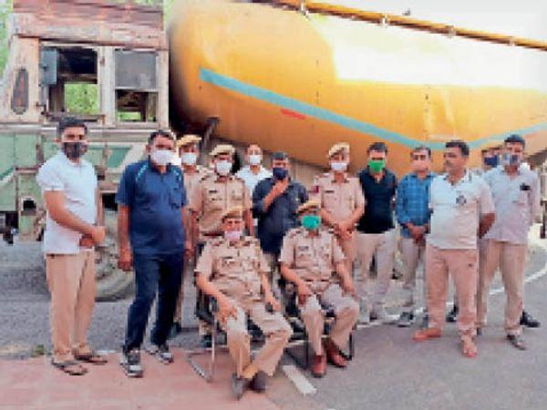 बाड़मेर. पचपदरा पुलिस ने पकड़ा डाेडाें से भरा कंटेनर। - Dainik Bhaskar