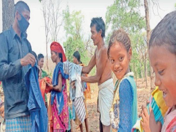 संकट की घड़ी में यह मुस्कान सुकून देती है: बच्चों को जब नए कपड़े मिले तो इनके चेहरे पर दिवाली और ईद सी खुशी झलक रही थी। - Dainik Bhaskar