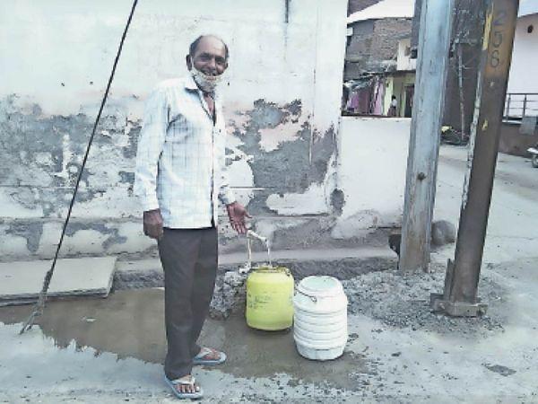 महात्मा ज्योतिबा फुले वार्ड के माली मोहल्ले में बिना टोटी के नल से खाली समय पानी बहता रहता है। - Dainik Bhaskar