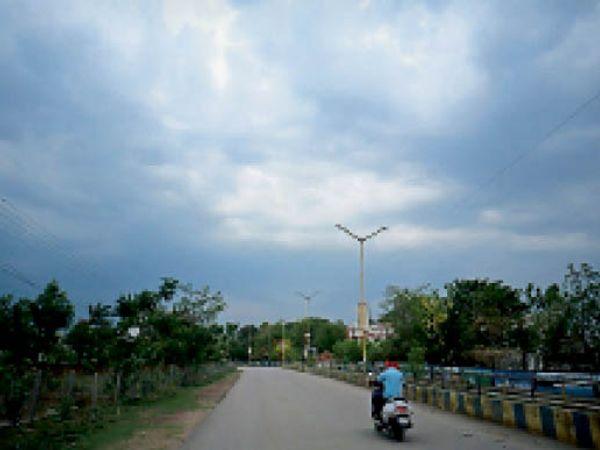 शहर में देर शाम आसामान में बादल छाए रहे। - Dainik Bhaskar