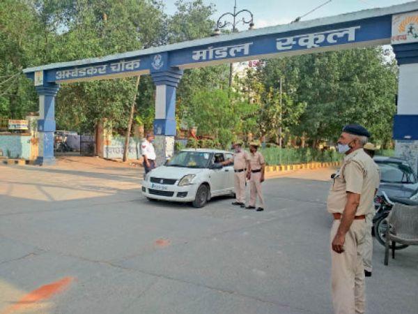 अंबेडकर चौक पर औचक नाका लगाकर वाहनों की जांच करती पुलिस। - Dainik Bhaskar