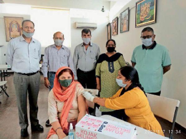 कोरोना से बचाव का टीका लगवाते हुए। - Dainik Bhaskar