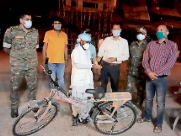 नर्स को साइकिल देते कलेक्टर और अन्य समाजसेवी। - Dainik Bhaskar