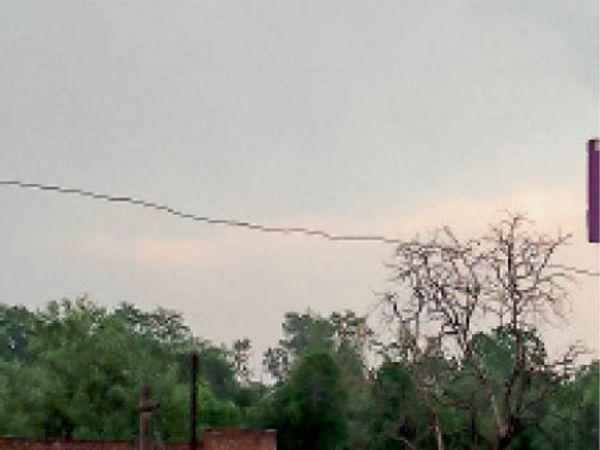 सैंपऊ, अचानक छाए बादल, तेज बारिश से मिली राहत। - Dainik Bhaskar