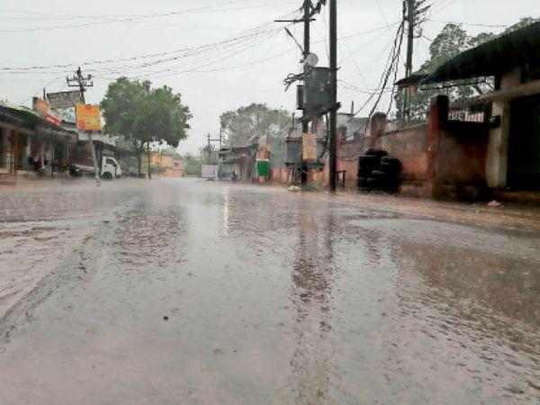 महासमुंद शहर में शाम 5 बजे के बाद घंटेभर हुई तेज बारिश। - Dainik Bhaskar
