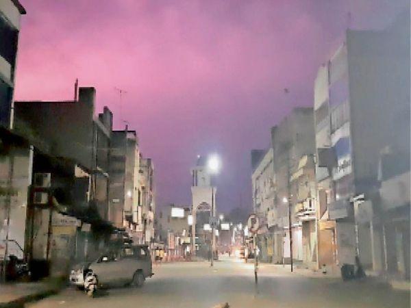 बारिश से पहले खूब बिजली कड़की। आसमान गुलाबी नजर आया। रात 8:00 बजे की यह तस्वीर घड़ी चाैक की है। - Dainik Bhaskar