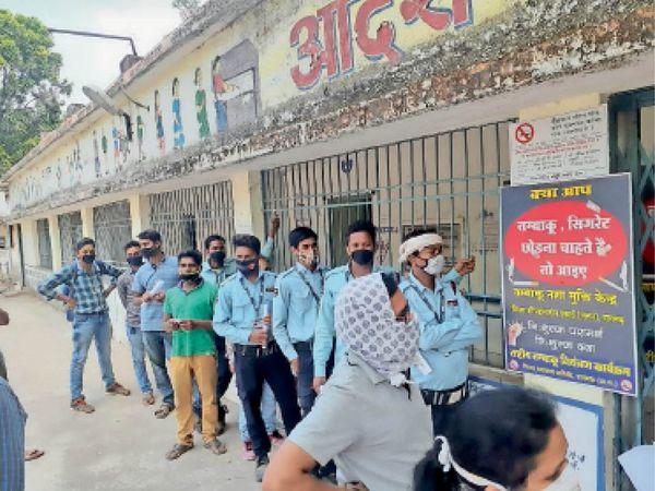 जिला पंचायत के सामने जतन केंद्र में वैक्सीन लगवाने पहुंचे लोग। - Dainik Bhaskar