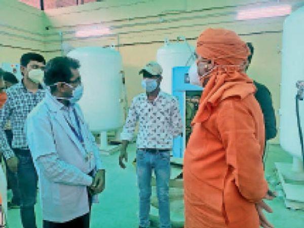 अलवर. सामान्य अस्पताल में निरीक्षण करते सांसद बालकनाथ याेगी। - Dainik Bhaskar