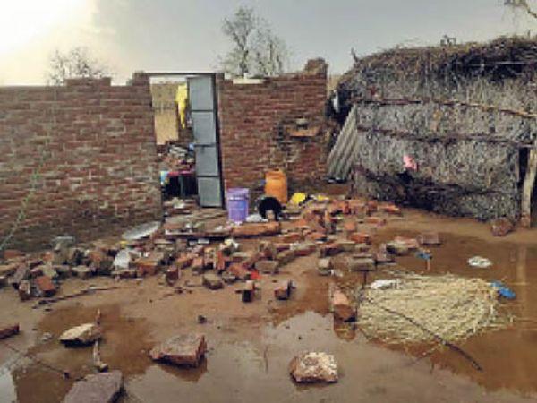बायतु. तेज अंधड़ से गिरी कमरे की दीवार व बिखरा घरेलू सामान। - Dainik Bhaskar