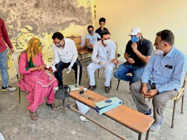 तलवंडी राणा गांव में कैंप के दौरान ग्रामीणों को नि:शुल्क मेडिकल दवाएं देते हुए। - Dainik Bhaskar