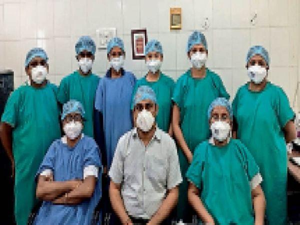 सेक्टर-9 के नेफ्रोलाजी विभाग की टीम, जो लगातार कार्य कर रही है। - Dainik Bhaskar