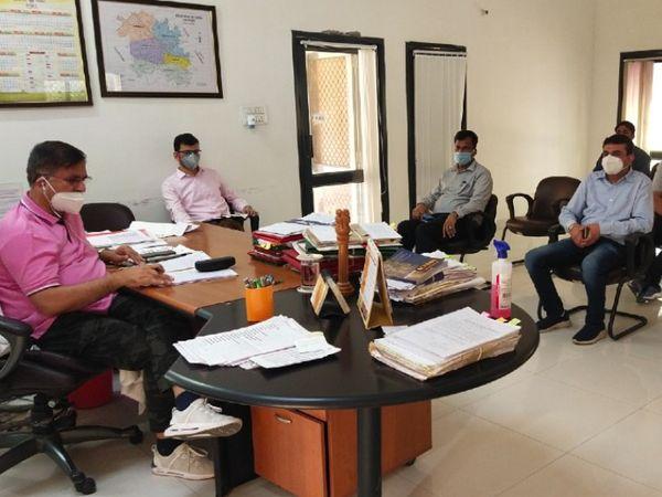 डायग्नोस्टिक लैब संचालकों के साथ बैठक करते हुए डीसी। - Dainik Bhaskar