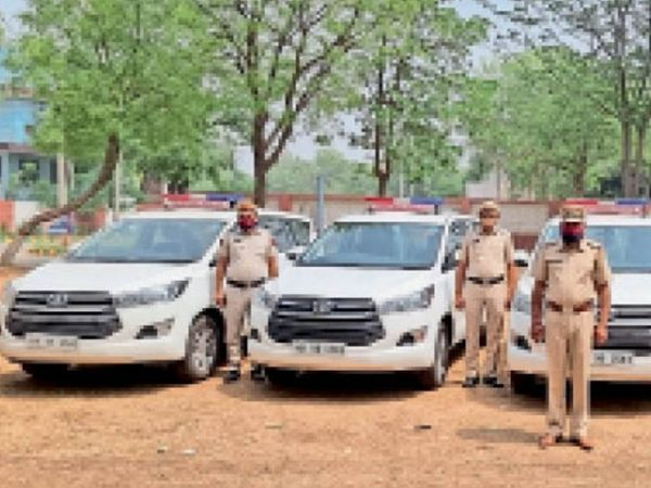रेवाड़ी में पुलिस द्वारा कोविड मरीजों के लिए उपलब्ध कराई गईं गाड़ियां। - Dainik Bhaskar