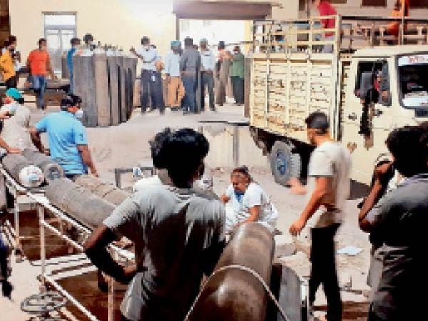 रात 10.48 बजे : जेएलएन में ऑक्सीजन प्लांट के बाहर परिजनों का जमावड़ा - Dainik Bhaskar