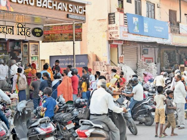 अजमेर. ब्यावर रोड स्थित चुंगी चौकी पर परचून की दुकानों के बाहर सोशल डिस्टेंसिंग की जमकर अनदेखी हो रही है। ऐसे ही हालात शहर के कई बाजारों में भी हैं। - Dainik Bhaskar