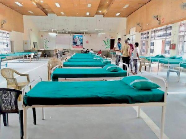 महेंद्रगढ़ में डाइट में बनाए गए कोविड-19 उपचार सेंटर में खाली पड़े बेड। - Dainik Bhaskar