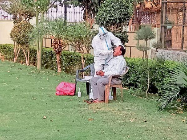 सेंपल लेते चिकित्साकर्मी। - Dainik Bhaskar