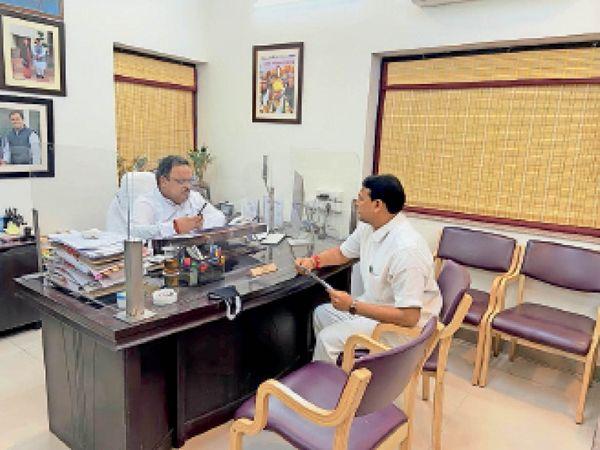 प्रदेश के चिकित्सा व स्वास्थ्य मंत्री डॉ. रघु शर्मा से चर्चा करते मंत्री प्रमोद जैन भाया। - Dainik Bhaskar