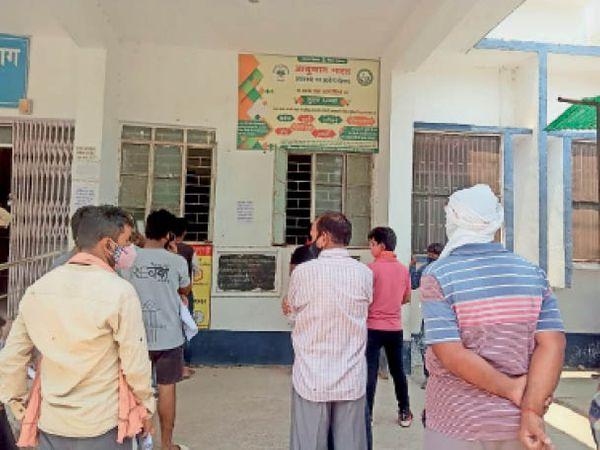 जांच के लिए सदर अस्पताल पहुंचे लोग( - Dainik Bhaskar