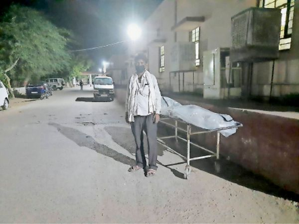 पिता के शव को लेकर पांच घंटे तक एंबुलेंस का इंतजार करता रहा बेटा। - Dainik Bhaskar